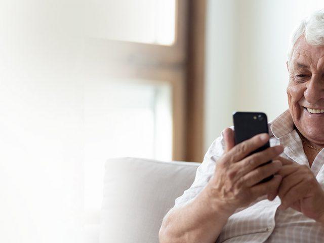 Número de idosos que acessam a internet cresce de 68% para 97%, aponta pesquisa CNDL/SPC Brasil